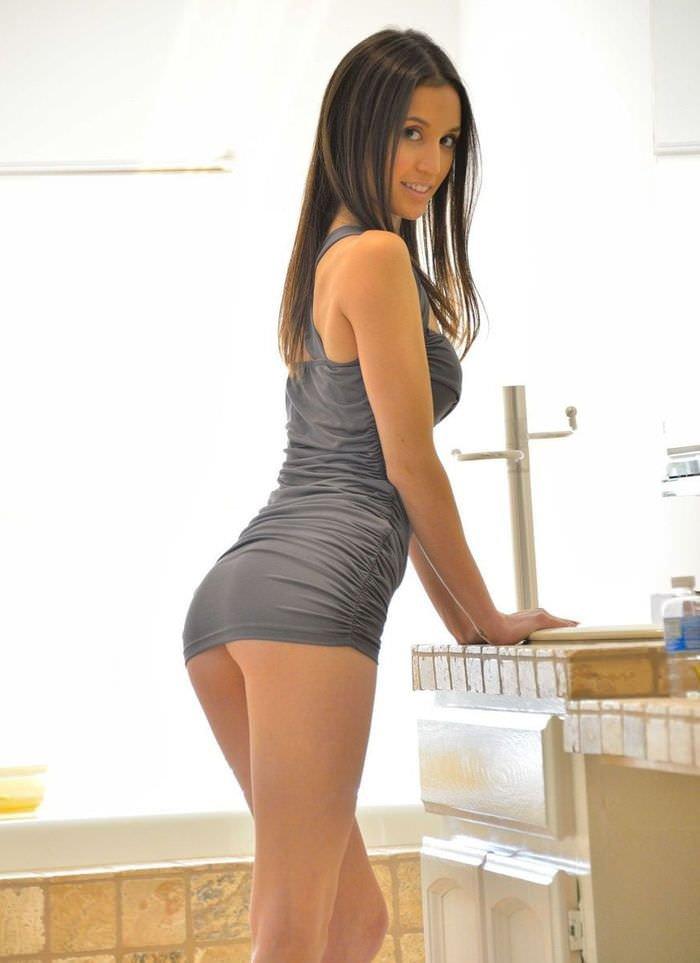 Девку брюнетка в коротком платье с хорошей попкой порно фильм
