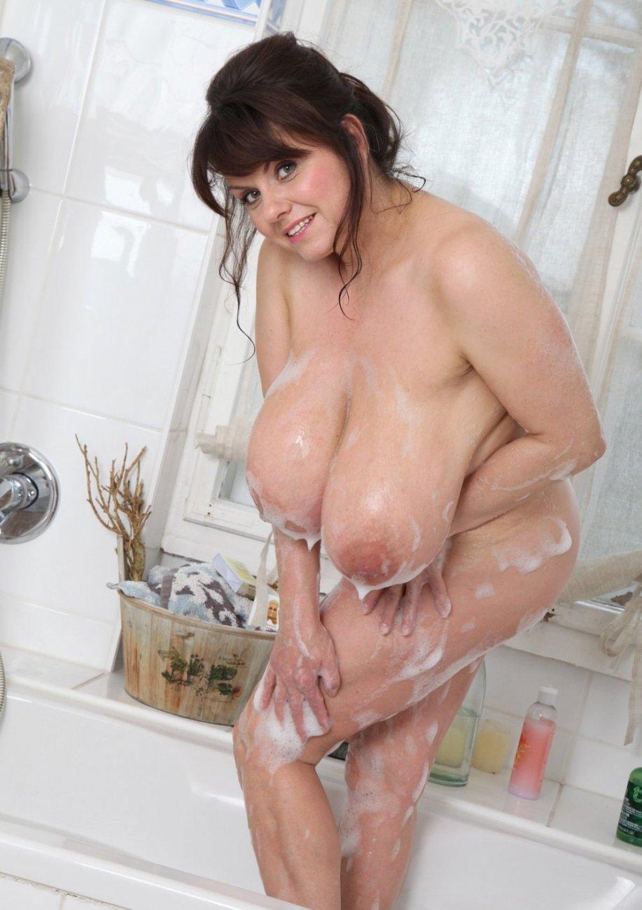 Огромные сиськи в ванной порно