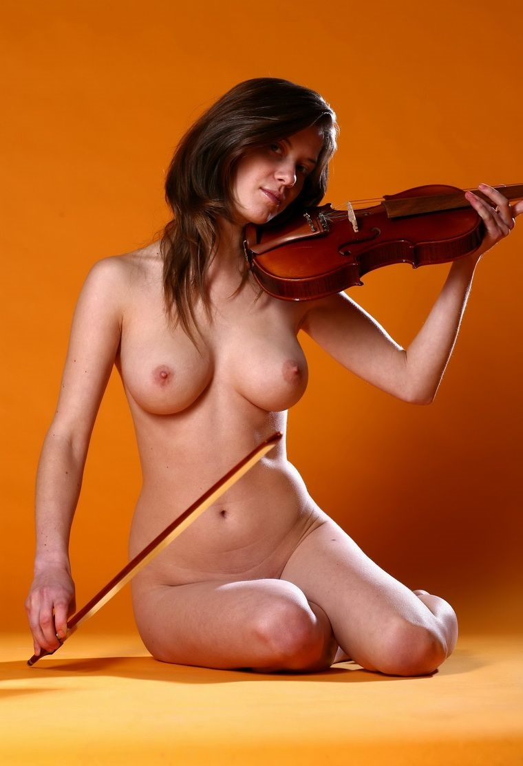 nude-woman-playing-violin