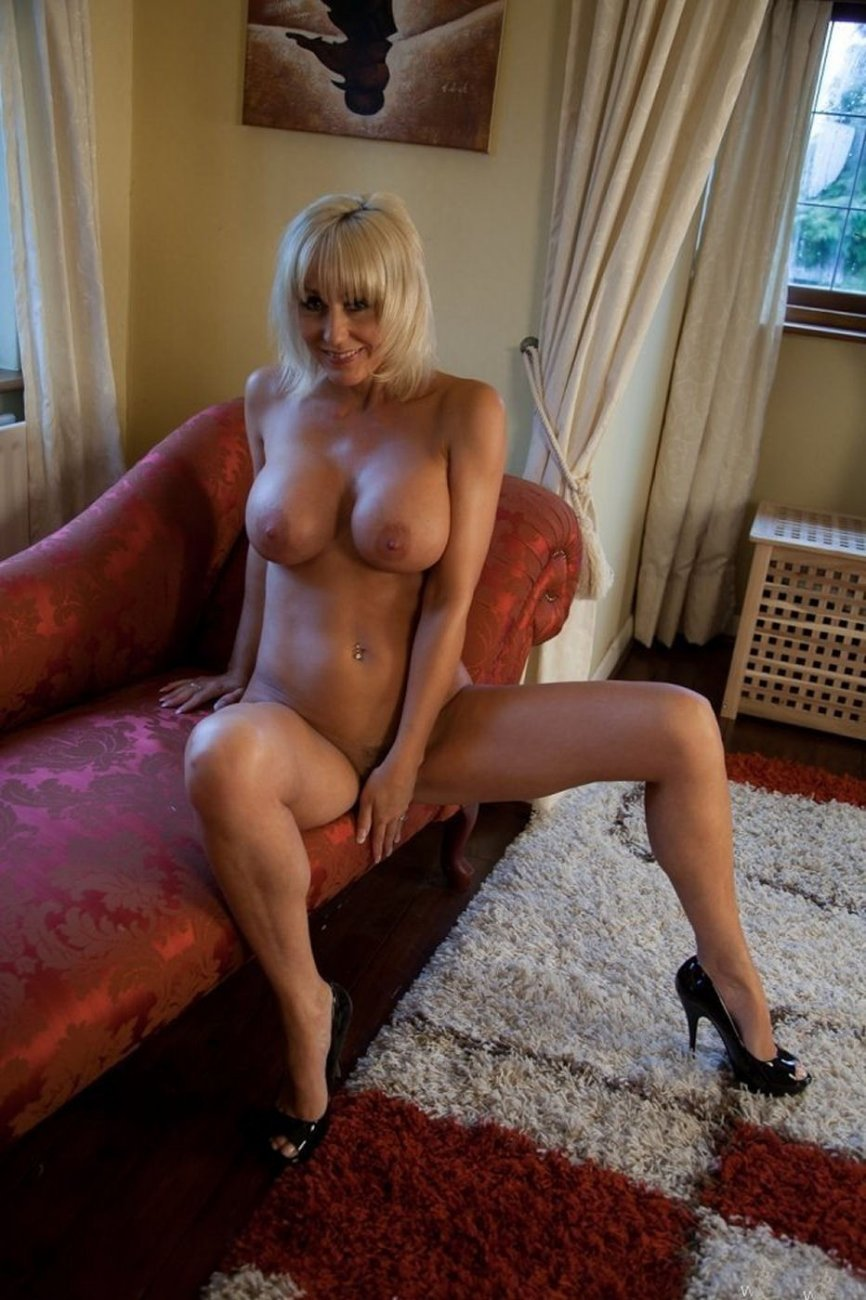 Фото горячих сексуальных голых зрелых женщин, дала подруге в рот дилдо и села на него