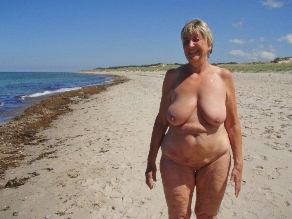 засовывает руку фото голые пожилые женщины на пляже эротика голых кисок