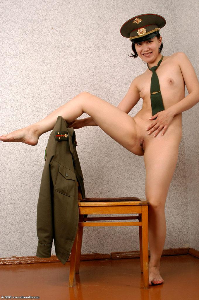 Девушки в военной форме короткой юбке без трусов — photo 10