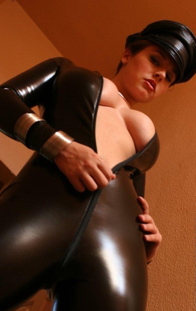 Порно фото девушки в обтягивающей одежде