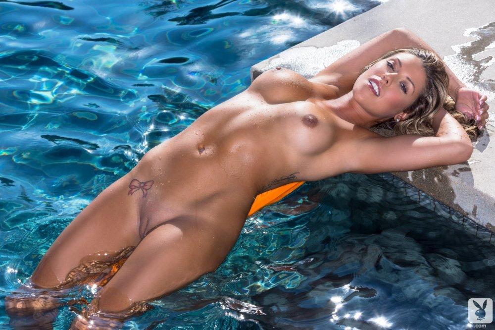 обнаженная дама в бассейне кому-то