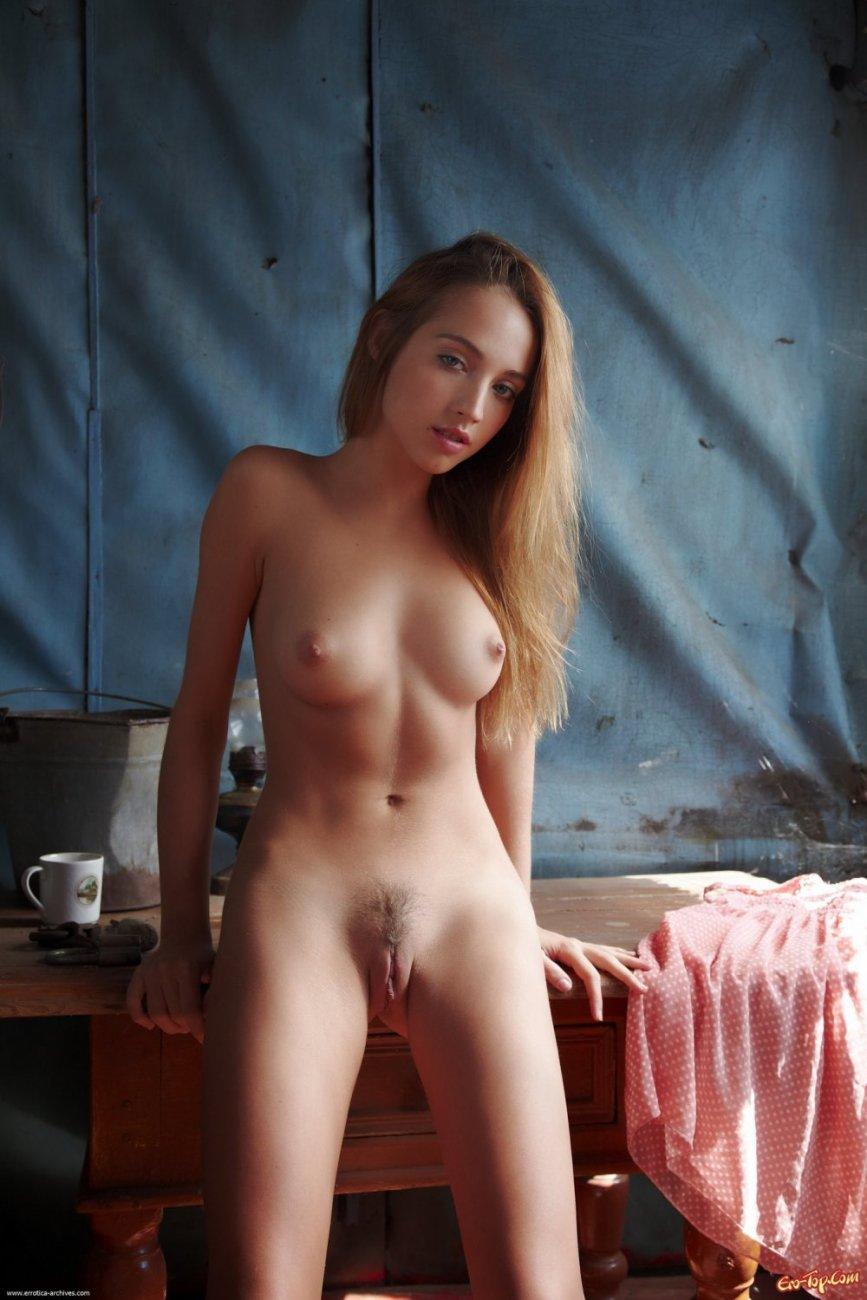 Молодые девчата раздеваются до гола видео