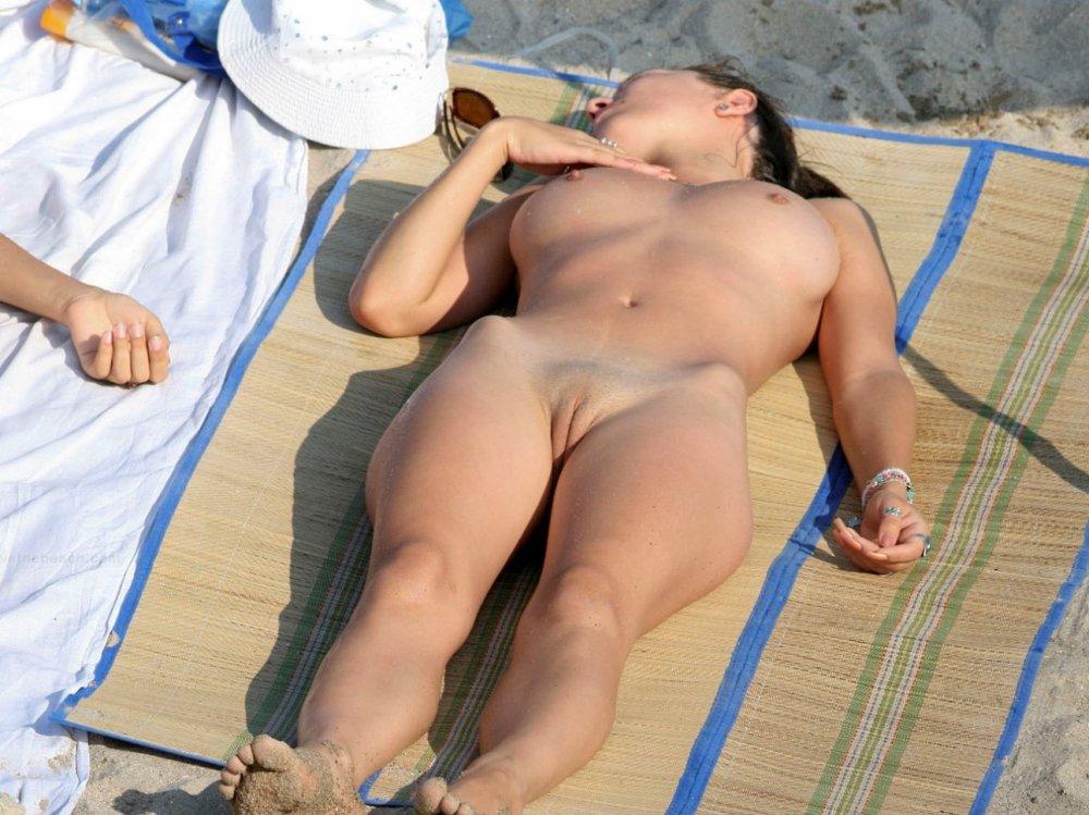 девушки на пляже загорают видно пизду обладает