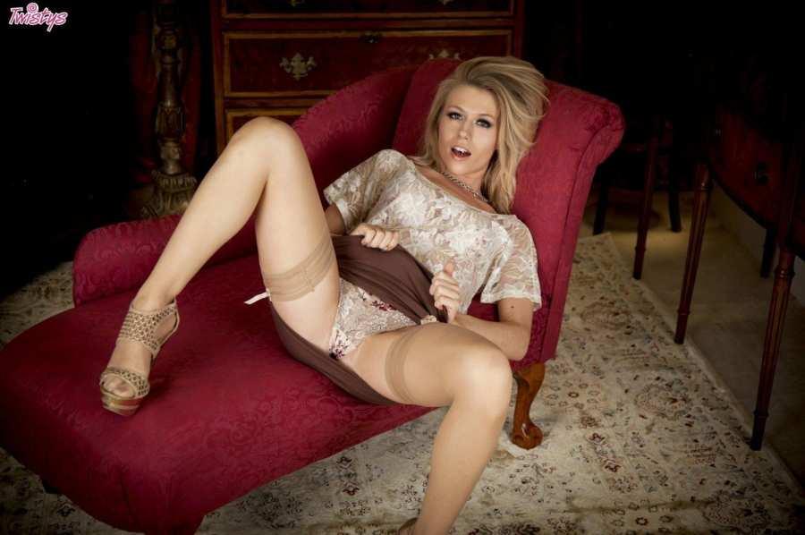 Красивые глазки у блондиночки - порно фото